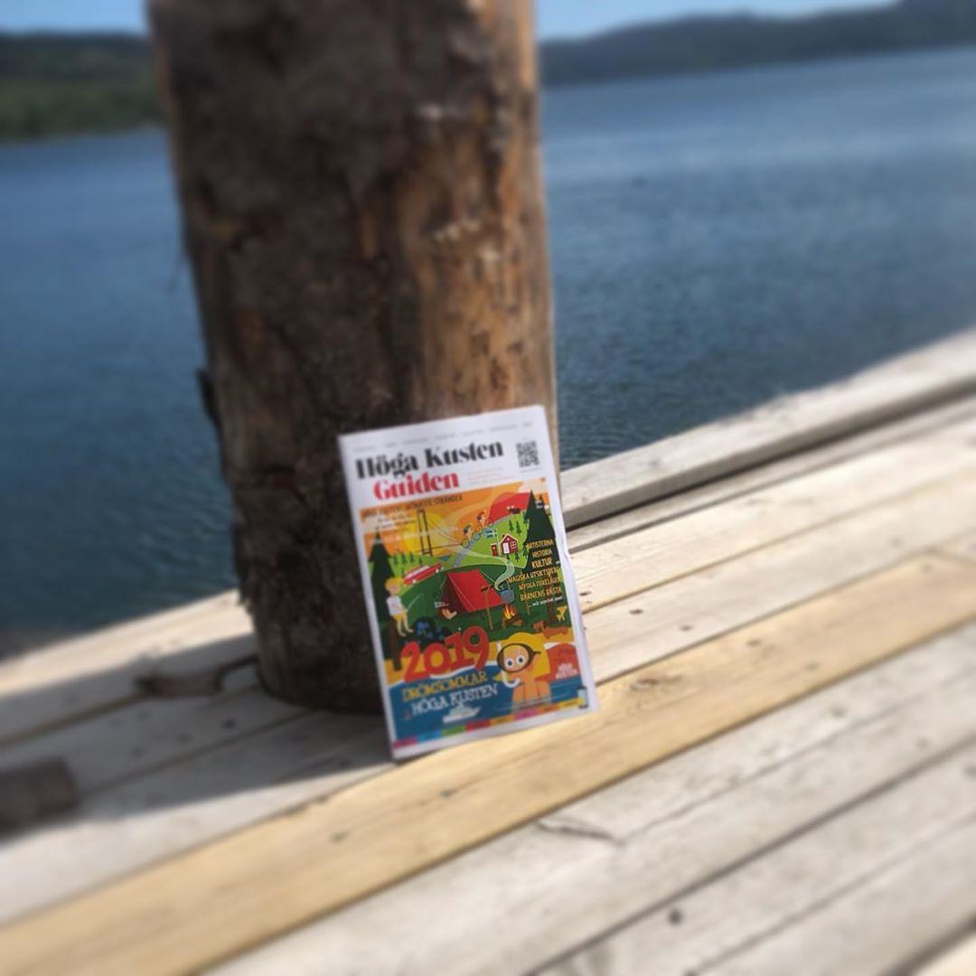 I hjärtat av Höga Kusten I Docksta. Ett stenkast från Dockstavarvet där Stridsbåt 90 byggs. Från den här bryggan går det båt till Ulvön. https://www.ulvon.info/res-till-ulvon/med-kusttrafik/