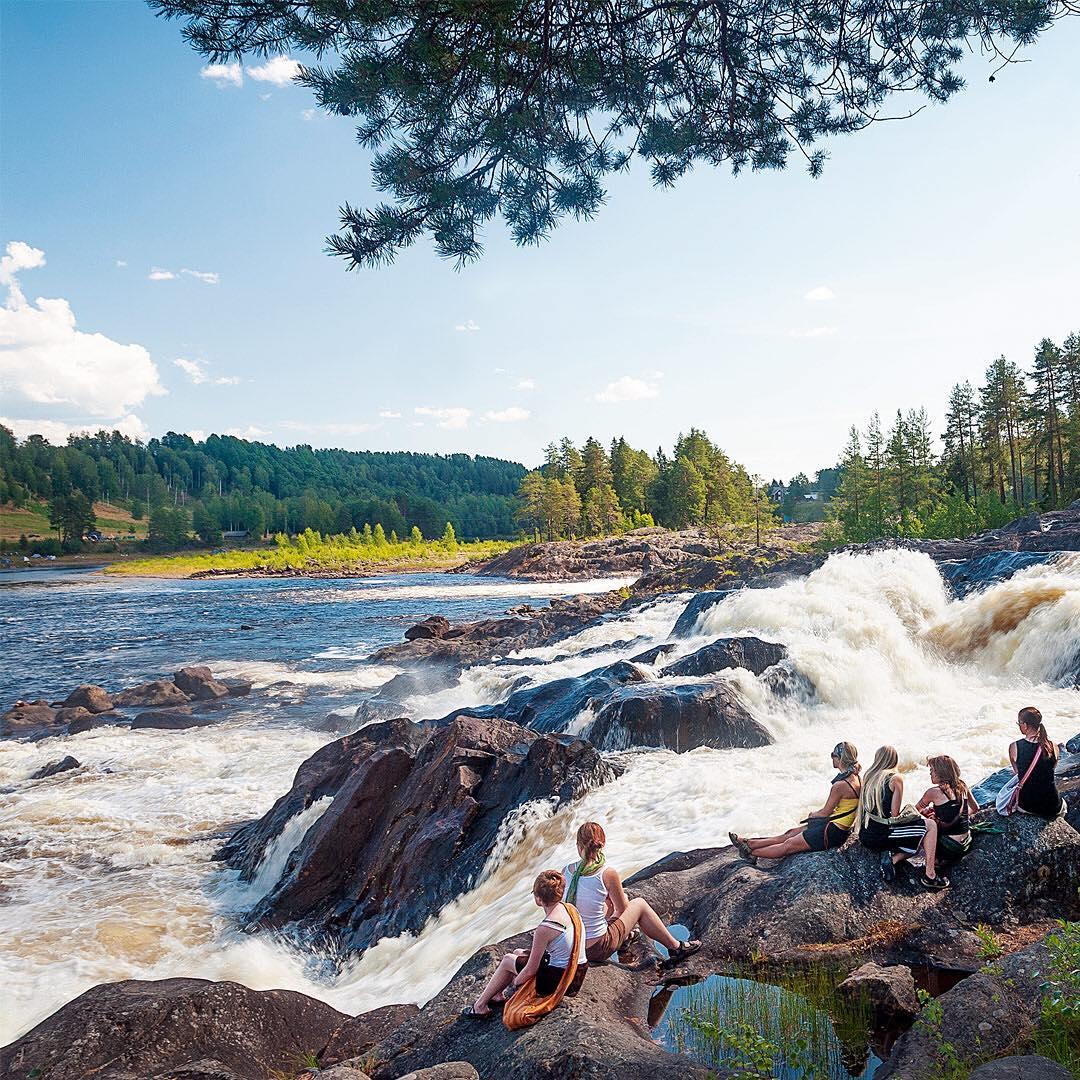 Nämforsen. Näsåker. Nämforsen är en plats som drabbar besökaren med full kraft. Branta nipor, en mäktig fors och inte minst Sveriges största hällristningsplats skapar tillsammans en unik miljö och ett kulturarv i världsklass. Här har människor levt och verkat i 6000 år.